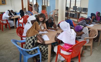 ガーナの女性を対象に人権ワークショップを行うインターン